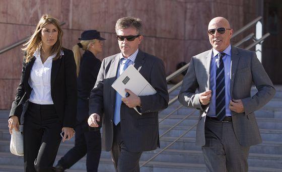 Tomás Olivo, a la derecha de la imagen, a la salida de los juzgados de Málaga.