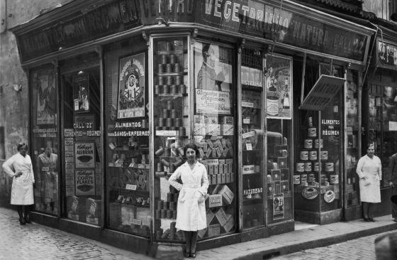 Botica naturista oberta al carrer del Call de Barcelona als anys vint del segle passat.