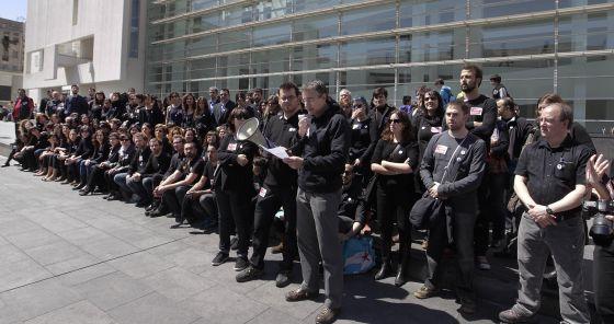 Trabajadores concentrados delante del Macba contras los despidos y recortes.