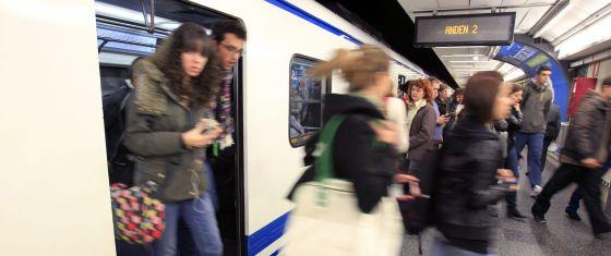 Viajeros del metro bajando de un convoy, esta mañana.