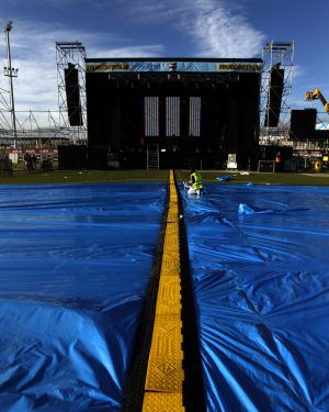 Preparativos del Musicland Festival en la ciudad deportiva del Rayo Vallecano.
