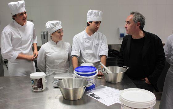 Ferran Adrià, ayer con tres de los alumnos del Basque Culinary Center.