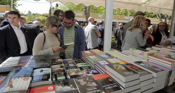 Los primeros visitantes llenaron el paseo de Antonio Machado de los Viveros tras la inauguración, ayer, de la 43ª Fira del Llibre de Valencia.