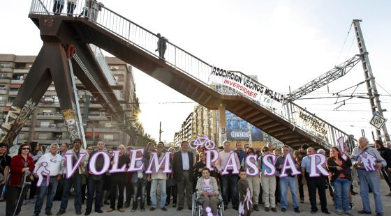 Cuatro colectivos se unieron ayer para reivindicar que se haga accesible la pasarela peatonal Amparo Iturbi, de Valencia.