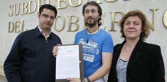Aguilar muestra la denuncia de la Subdelegación del Gobierno flanqueado por la parlamentaria Alba Doblas y el coordinador de IU, Pedro García.