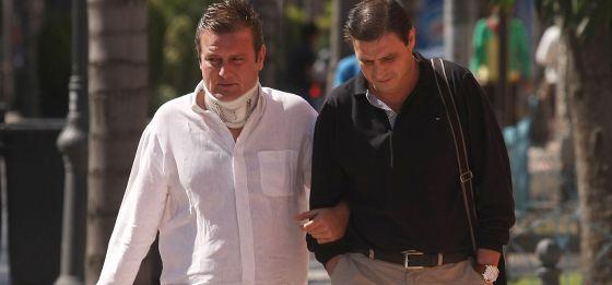 El conductor (izquierda) del todoterreno que provocó el accidente.