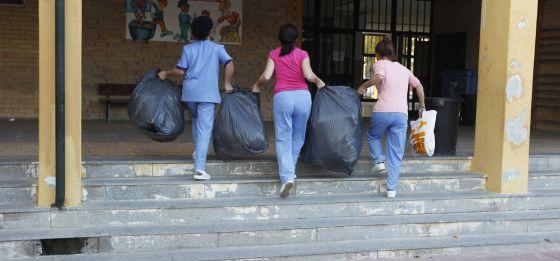 Operarias recogen la basura de un colegio de Jerez.