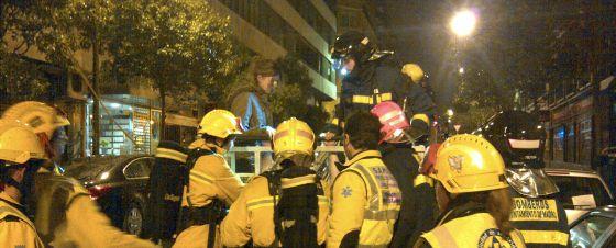 Una de las jóvenes rescatada por los bomberos.