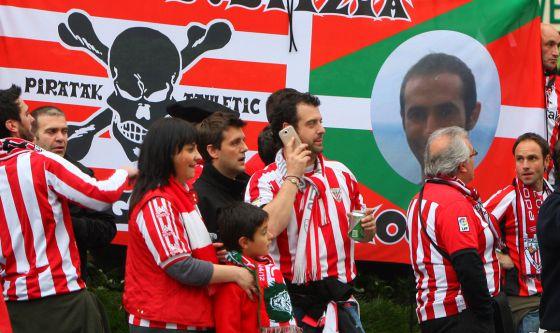 Aficionados del Athletic, delante de una pancarta en recuerdo de Iñigo Cabacas.