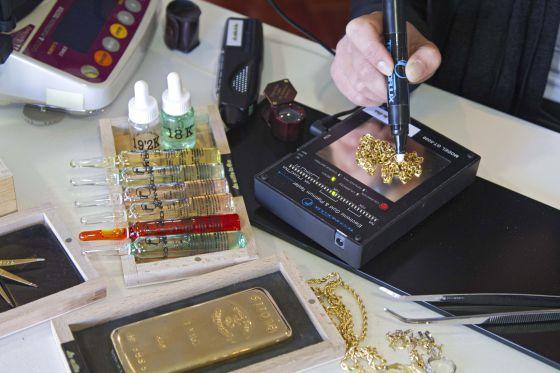 Una empleada de La Milla de Oro comprueba la pureza de una pieza.