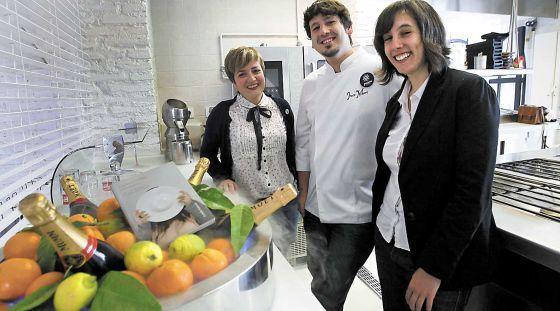 De izquierda a derecha, Alejandra Vanessa, José María González Blanco y Verónica Moreno con su libro 'A gustar convidan'.
