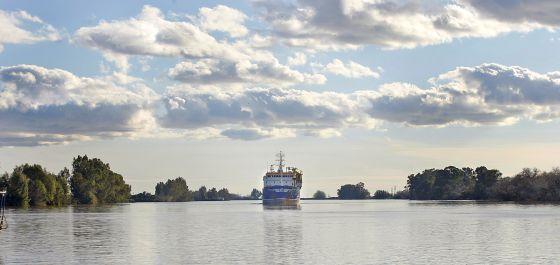 Un barco navega por el Guadalquivir a su paso por Coria del Río.