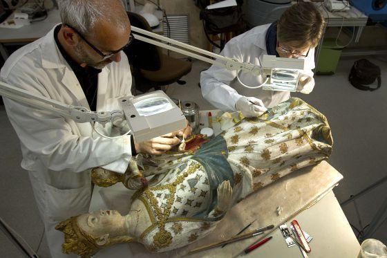 La Virgen de Bellpuig durante la restauración.