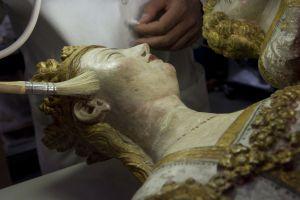 Primer plano de la Virgen de Bellpuig durante la restauración.