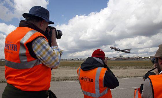 Un grupo de 'spotters' fotografía un avión de Iberia.