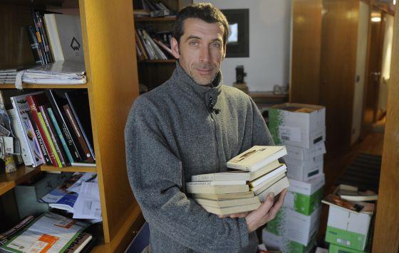 Nikolas Ocio, con los cerca de 300 libros que ha donado un particular para financiar su cortometraje.
