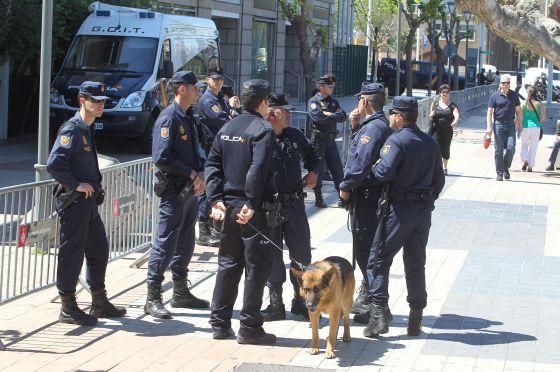 Un grupo de policías, en un control en Barcelona.