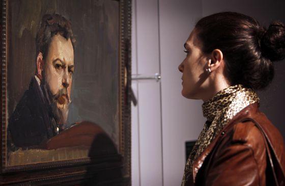 Una mujer contempla el autorretrato de Joaquín Sorolla expuesto en el Centre del Carme, en Valencia.