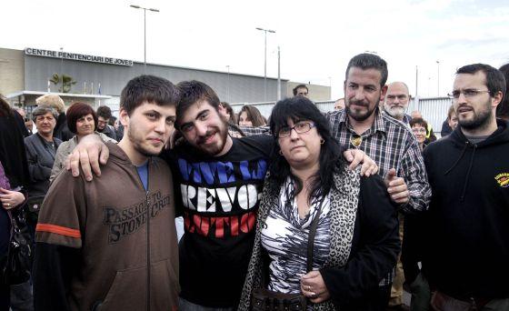 Daniel A. e Ismael B., a la salida del centro penitenciario de jóvenes, en La Roca del Vallès.