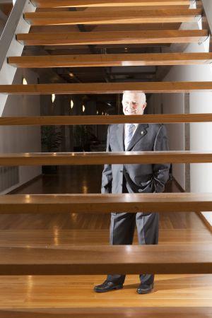 Francisco Díaz Fierros, en la escalera del Consello da Cultura Galega.
