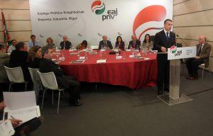El presidente del PNV, Iñigo Urkullu, explica su programa económico respaldado por todos sus portavoces y ejecutiva