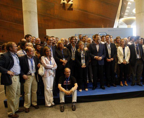 Basagoiti y Rajoy (tercero y cuarto por la derecha), junto a otros dirigentes en la clausura del congreso de 2008.