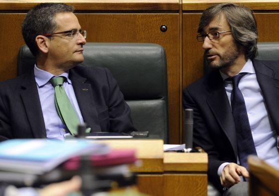 Basagoti (a la izquierda) con su número dos, Iñaki Oyarzábal, en un pleno del Parlamento.