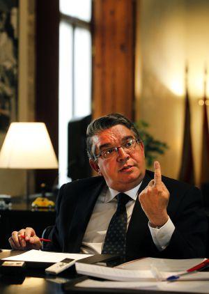 El consejero de Hacienda y Administraciones Públicas, José Manuel Vela,  durante un momento de la entrevista realizada en su despacho.
