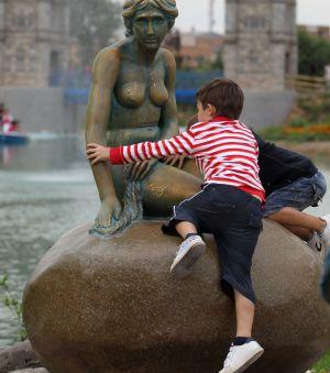 Imagen de las reproducciones de la sirena de Copenhague y la torres de Londres.