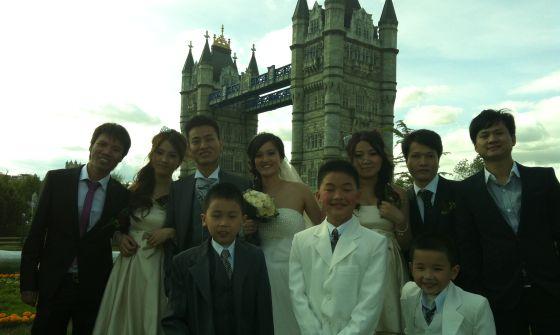 Una familia china celebra su boda en Parque Europa de Torrejón de Ardoz.