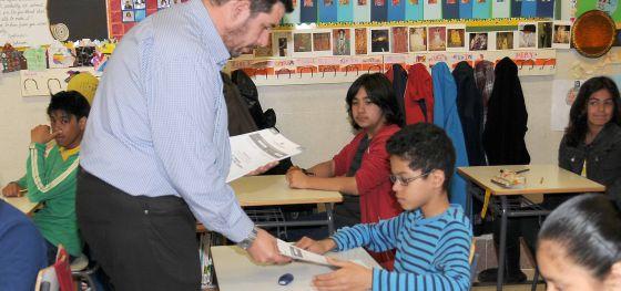 Un profesor reparte los exámenes en el colegio público Reina Victoria de la capital.