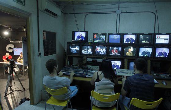 Estudiantes hacen prácticas en Tele K en 2011.