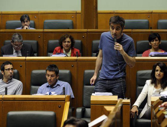 Basabe interviene en el pleno de ayer de la Cámara. Junto a él, sus tres compañeros de grupo: Ezenarro, Maeztu y Erostarbe (primero por la izquierda).