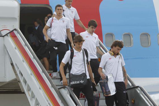 De abajo a arriba, Amorebieta, Llorente, Aurtenetxe, De Marcos y Gabilondo bajan del avión.