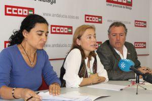 Luisa Domínguez (UGT), Rosa Rodríguez y Enrique Moyano (ambos de CCOO) en una conferencia de prensa sobre los recortes de Estepona.