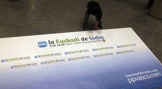 Un operario trabaja durante los preparativos del congreso del PP que se inaugura hoy en Bilbao.