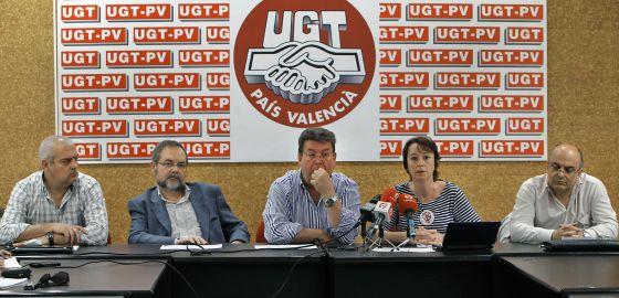 El secretario general de la FSP de UGT-PV, Luis Lozano, en el centro, en la rueda de prensa sobre el referéndum.rn