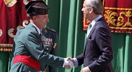El director general de la Guardia Civil, Arsenio Fernández de Mesa, saluda al nuevo jefe de la zona de Valencia, el general de brigada Fernando Santafé.