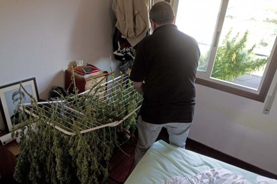 Un vecino de Vigo seca plantas de marihuana en su domicilio en octubre de 2011