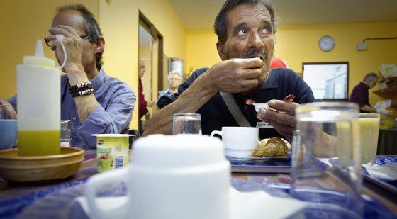 Varias personas comen en el el centro Caliu, de Horta-Guinardó, en Barcelona.
