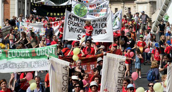 Miles de asistentes llenaron el paseo de la Alameda convocados por Escola Valenciana en defensa de la lengua.