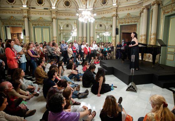 Una estudiante del Conservatorio canta ante los visitantes.