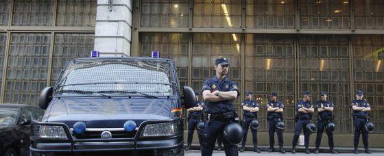 La Policía protege la sede de Caja Madrid esta mañana.