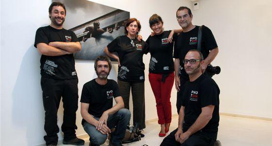 Los profesionales que organizan el festival Photón, ante una obra de Fernando Moleres, en el IVAM.