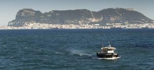 Un pesquero en aguas de La Línea en abril de 2011.