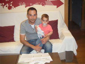 Amador Santos, junto a su hijo Teo, ante el borrador