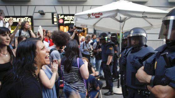 Algunos de los manifestantes atrapados protestan a los antidisturbios.