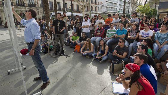 Alumnos y docentes de la Olavide llevan las clases a la calle para protestar.