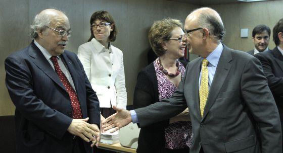 El ministro de Hacienda, Cristóbal Montoro saluda al consejero de Economía de la Generalitat, Andreu Mas-Colell.