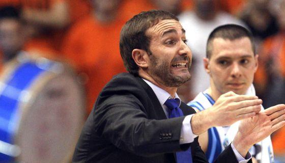 El entrenador del Lagun Aro GBC, Sito Alonso, da instrucciones desde la banda en su encuentro ante el Valencia Basket.